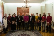 Ректор и проректори Универзитета уметности са студентима генерације и добитницима признања